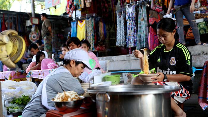 eating-noodles-damnoen-floating-market-thailand-davidsbeenhere