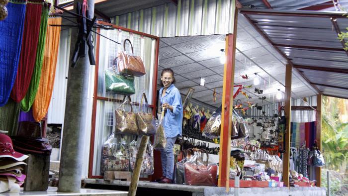 shopping-damnoen-floating-market-thailand-davidsbeenhere